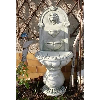 Wandbrunnen mit Wasserschalen und Löwenkopf
